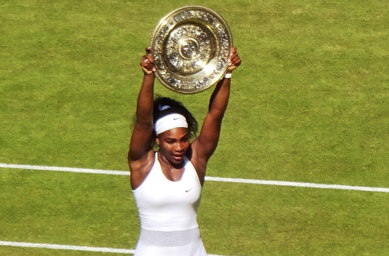 Serena Williams holding her 6th Wimbledon plate